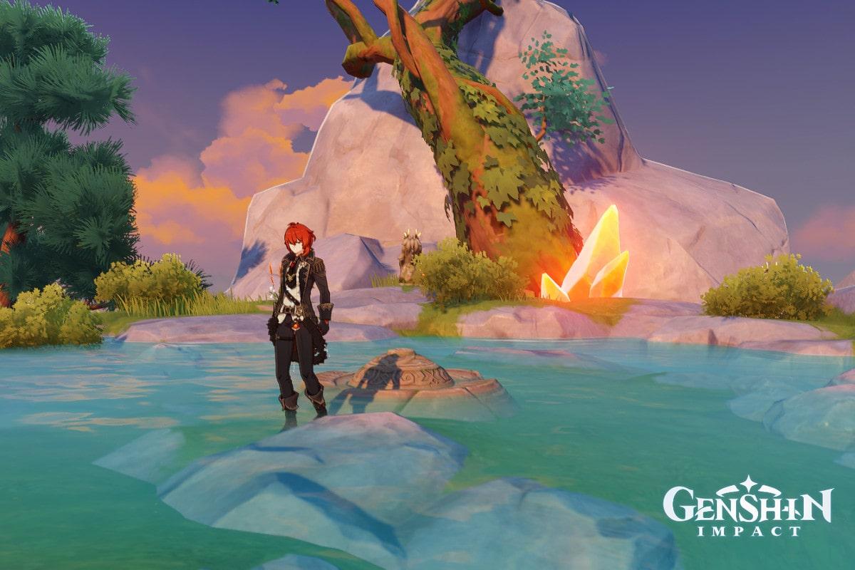 Дилюк, рыжеволосый персонаж в костюме, стоит в пруду возле светящегося оранжевым янтаря.
