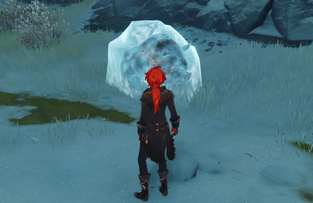 Дилюк смотрит на глыбу льда с замороженным внутри Кабаном